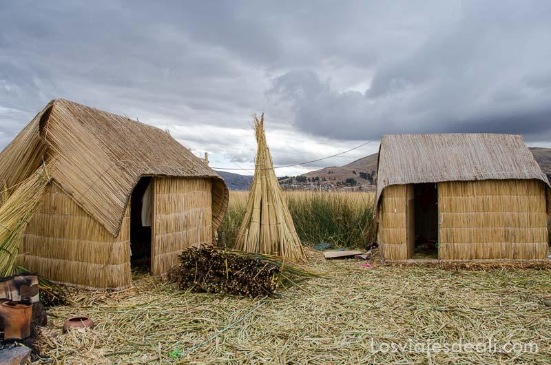 casas de totora bajo grandes nubarrones