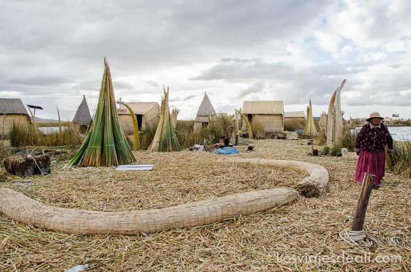 plaza preparada con asiento hecho de totora en una de las islas del lago titicaca