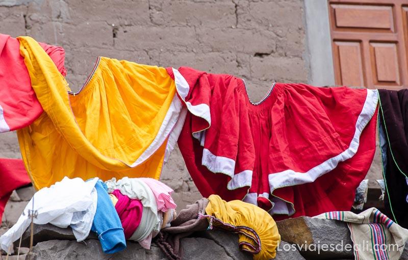 faldas roja y amarilla secándose al sol