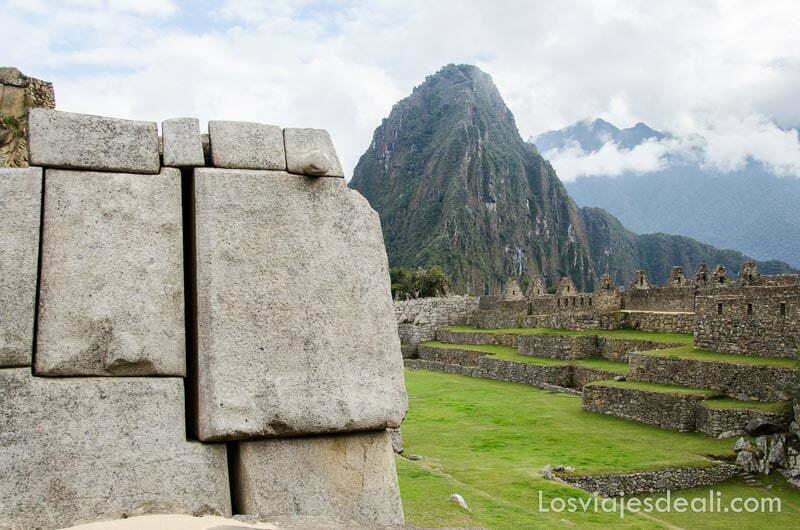 pico de huayna picchu asomando al fondo de las ruinas de machu picchu