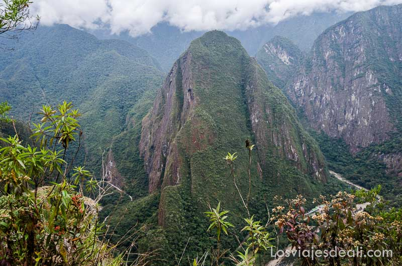 vista de las montañas en la subida al huayna picchu