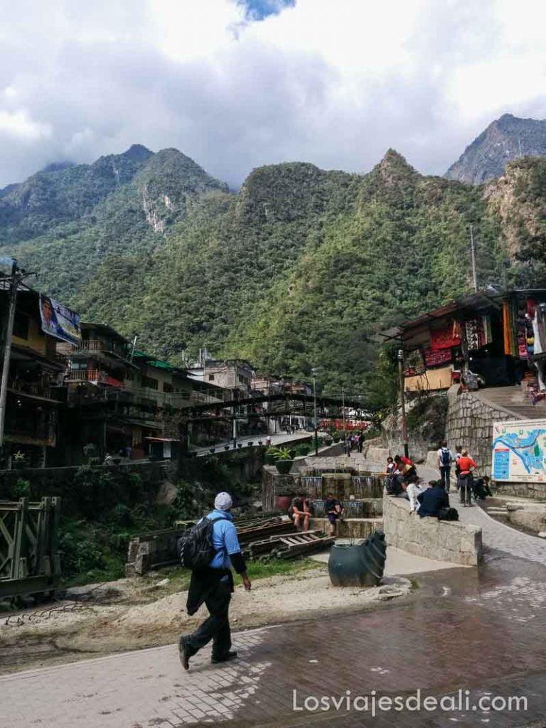 calle de aguascalientes con montañas verdes al fondo