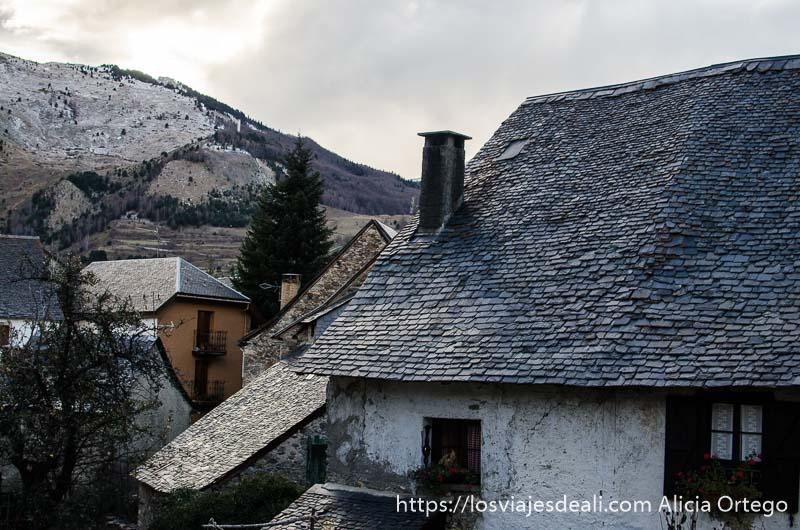 casa de tejado de pizarra en el valle de tena