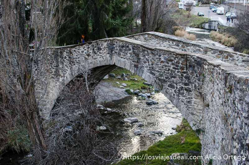 puente romano sobre río
