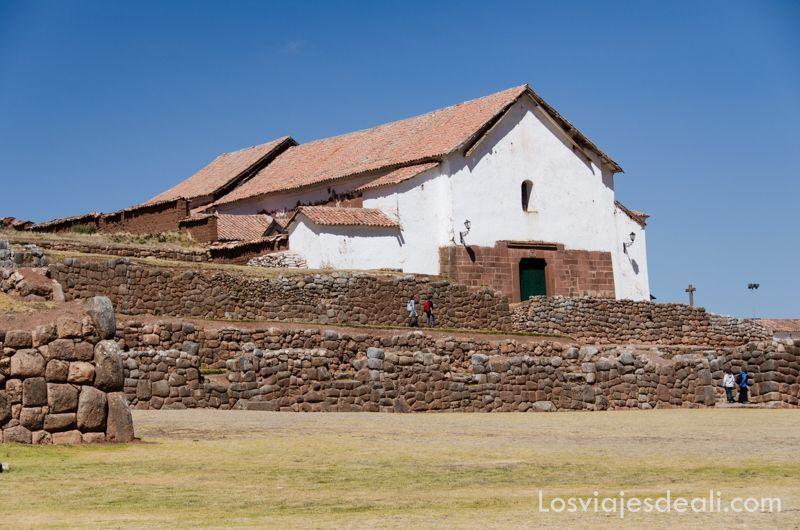 ruinas incas en Chinchero en día de mercado