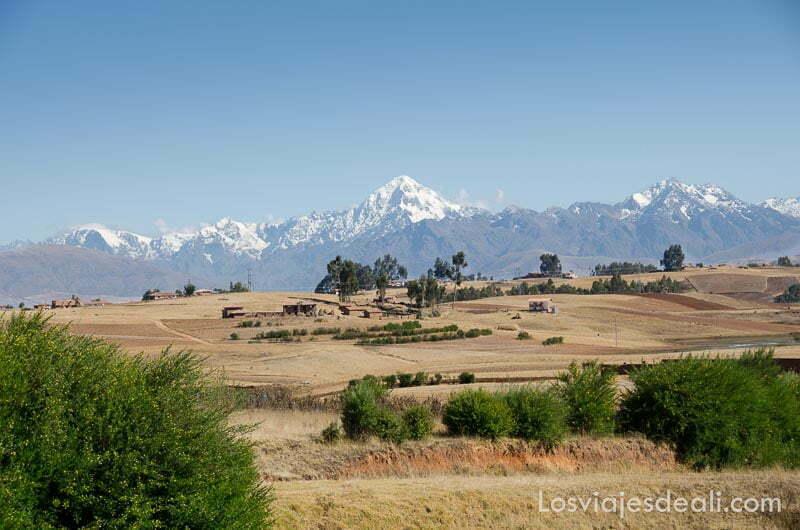 campos de cultivo secos y cordillera andina al fondo con gran pico nevado