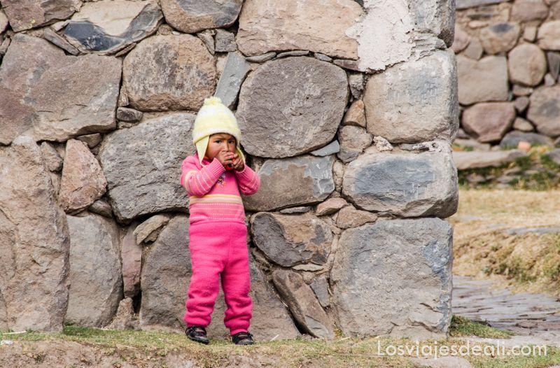 niño en ruta de sillustani y raqchi