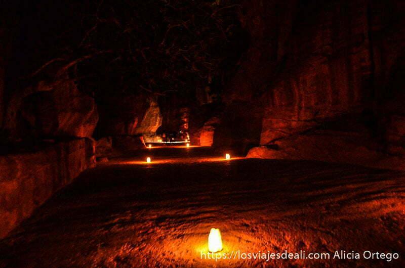 camino iluminado por velas cada tres o cuatro metros