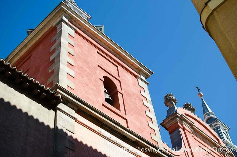 vista del campanario de una iglesia pintada de color rojizo