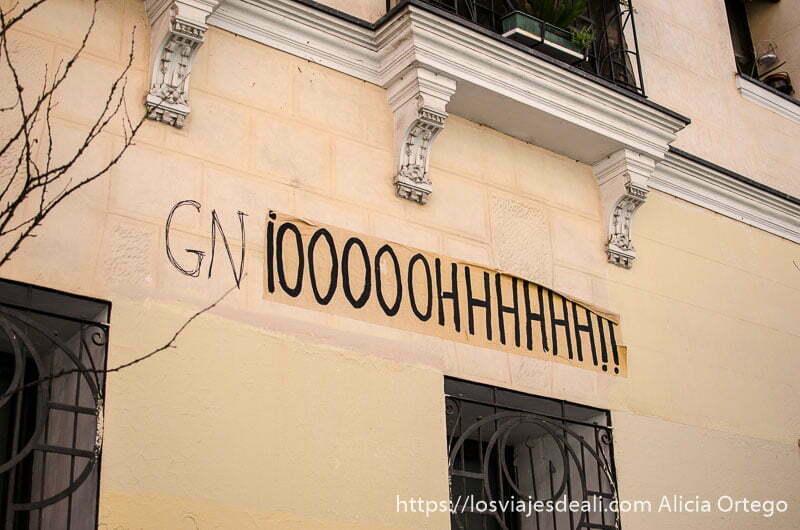 pintada en la fachada de una casa que dice oooooohhhhhhh