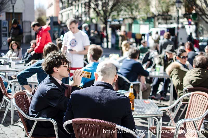 dos chicos hipster tomando cerveza en una terraza de malasaña