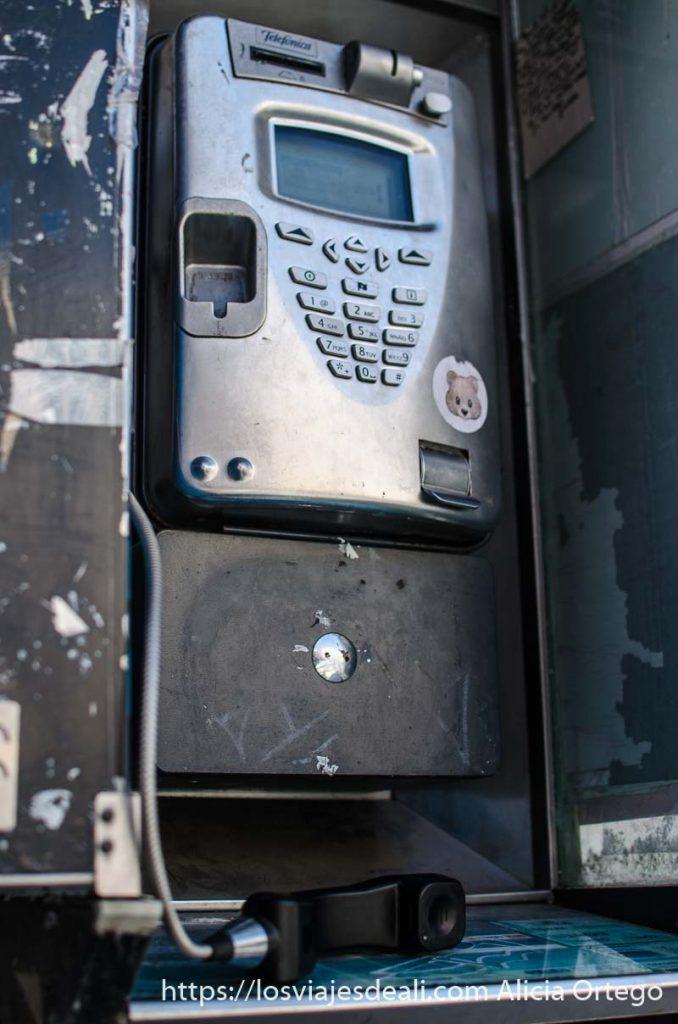 cabina telefónica con auricular descolgado