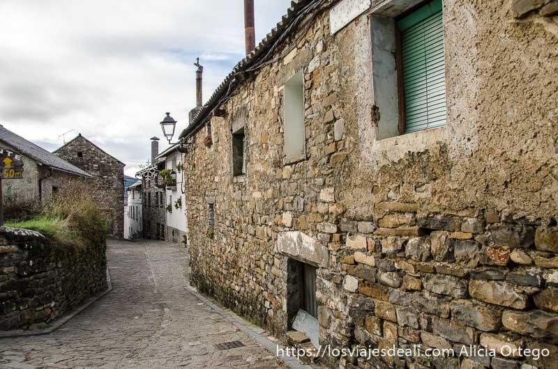 calle con casas de piedra en el pueblo de aísa
