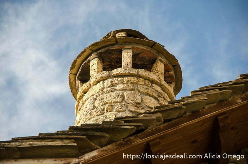 chimenea de piedra en tejado antiguo