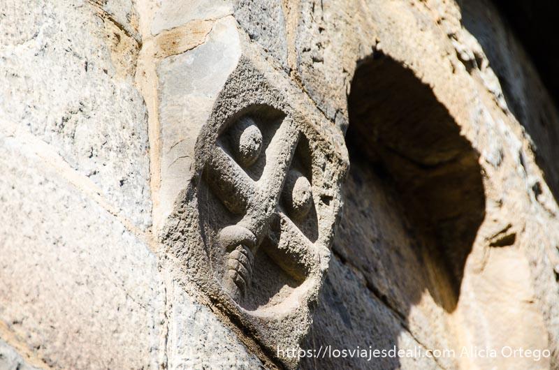 relieve románico con forma de cruz