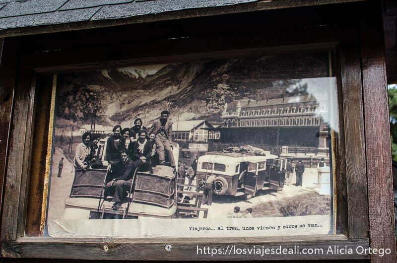 foto antigua con autobuses y viajeros montados en el techo y la estación de can franc detrás