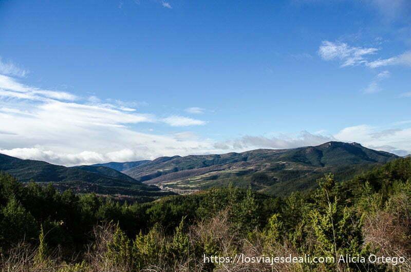 paisaje de montaña y valle verdes con cielo azul