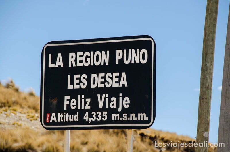 """cartel donde pone """"la región de puno les desea feliz viaje altitud 4335 metros"""""""