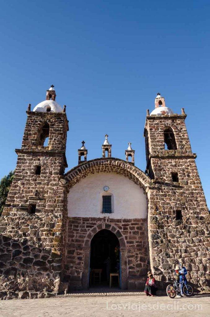 iglesia con campanarios de piedra a los lados de la puerta