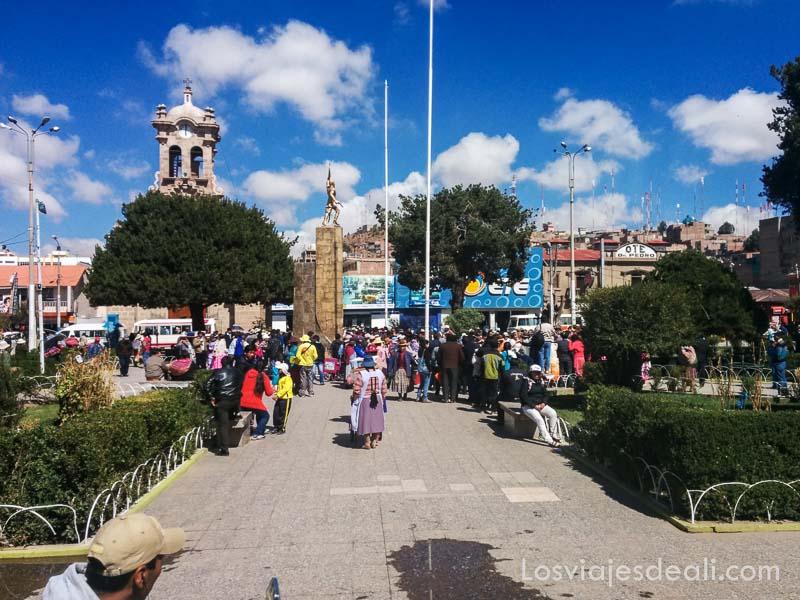 plaza de armas con campanario y cielo azul