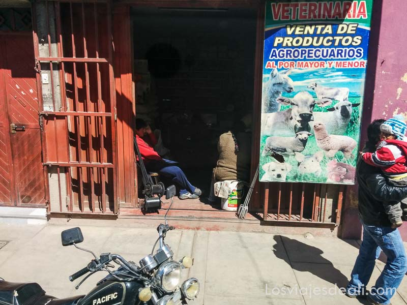 puerta roja de tienda de productos agropecuarios