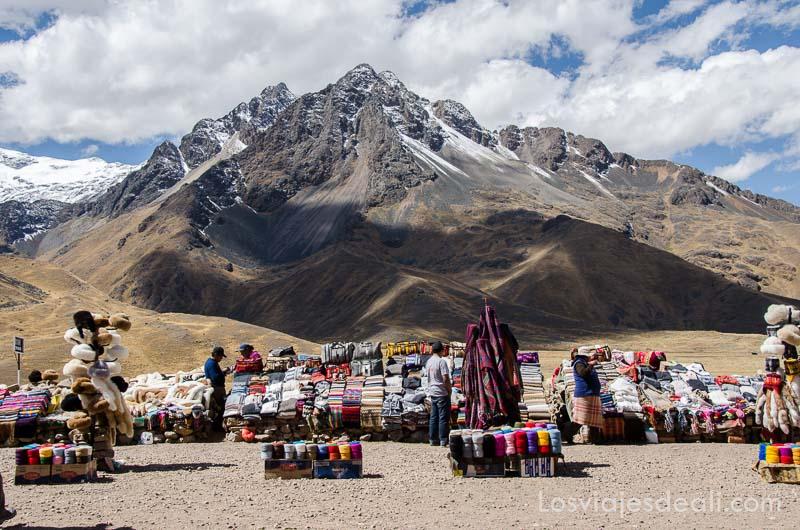 puestos de venta de tejidos andinos con gran montaña detrás