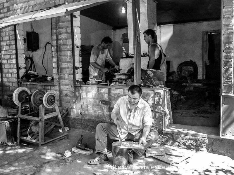 foto en blanco y negro de un taller de herreros en el valle de fergana