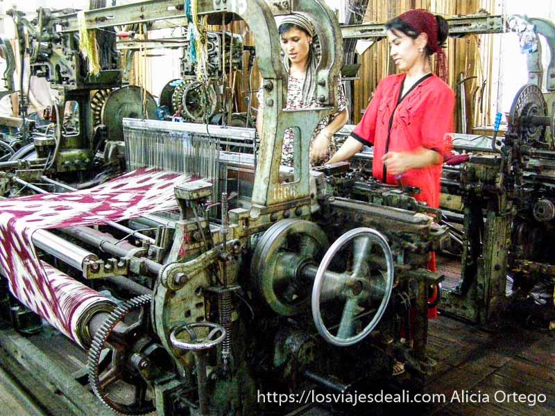 dos mujeres con pañuelo en la cabeza trabajando con una máquina de la primera revolución industrial