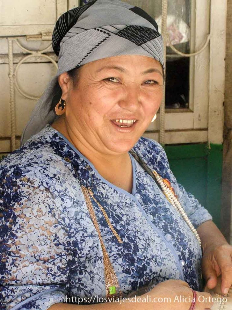 mujer sonriente con dientes de oro y cadenas para vender en el valle de fergana