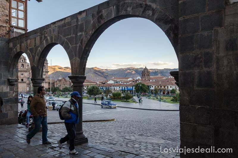 arcos que dan paso a la plaza de armas de cuzco