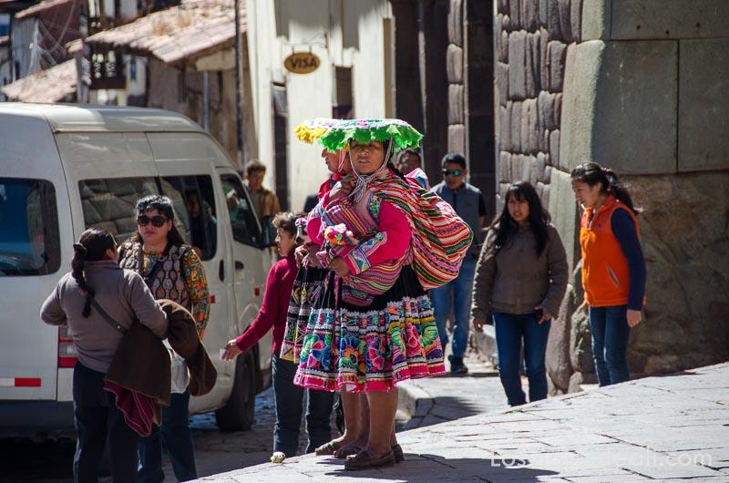 dos mujeres indígenas vestidas con muchos colores