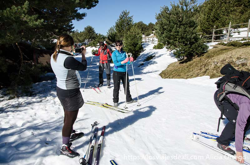 compañeros de viaje con esquís haciéndose fotos en la sierra de madrid