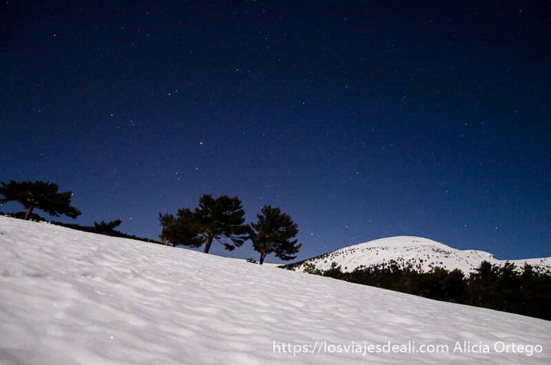 foto nocturna de la sierra de madrid con nieve en la escapada low cost