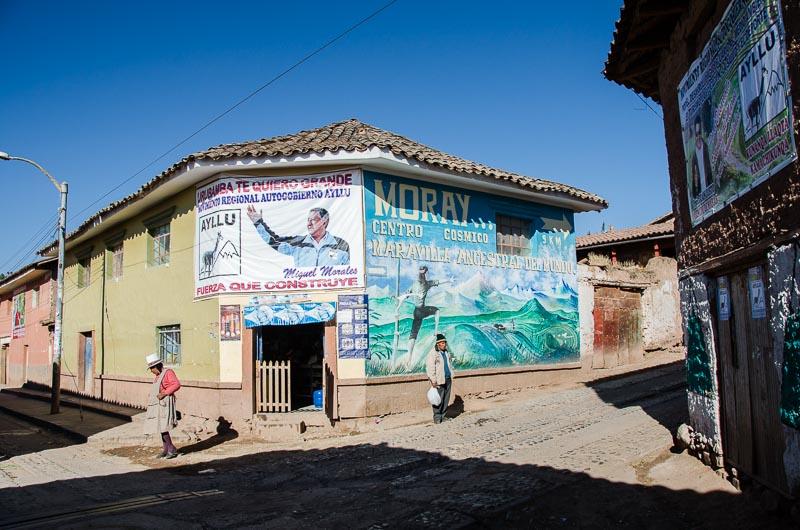 casa que hace chaflán en un cruce con gran cartel donde dice Moray sitio cósmico