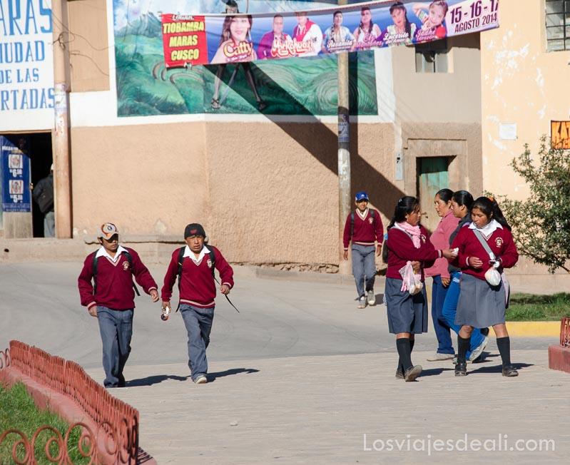 niños con uniforme de camino a la escuela