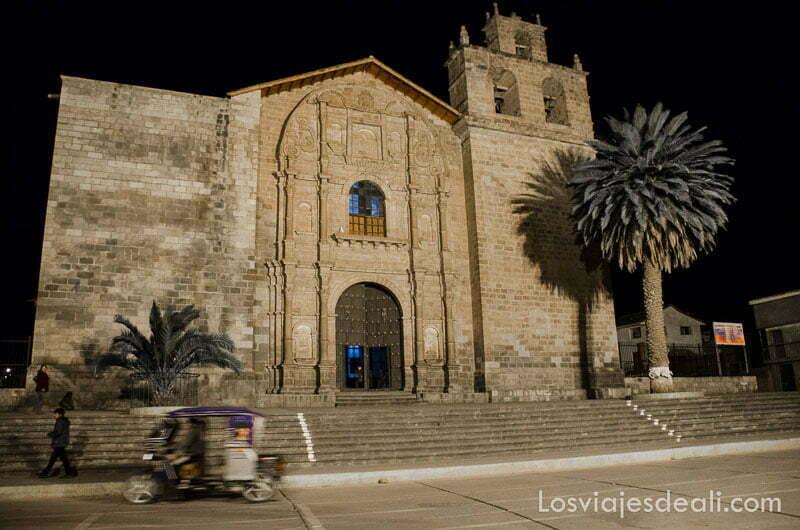 iglesia colonial de la plaza de urubamba con una palmera delante del campanario