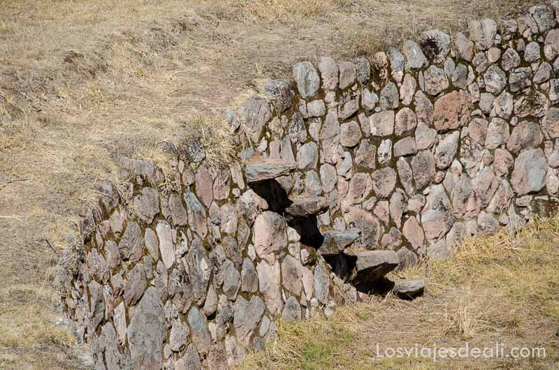 escaleras de piedra para subir y bajar entre las terrazas de cultivos en moray