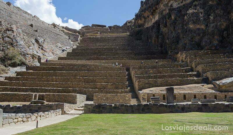 gran escalinata con terrazas hechas con piedras ocupando toda la ladera de la montaña
