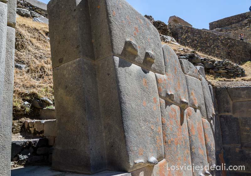 grandes piedras bien talladas de los incas en ollantaytambo en el valle sagrado de los incas