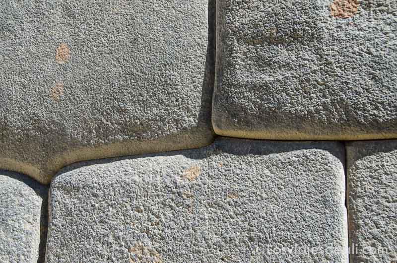 piedras incas vistas de cerca donde se aprecia que no hay argamasa en las juntas