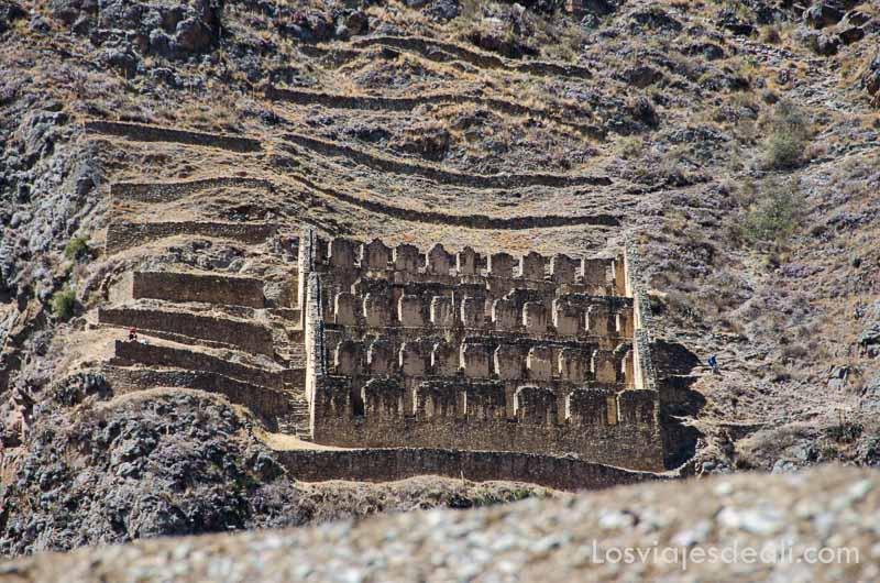 construcción inca en la ladera de una montaña