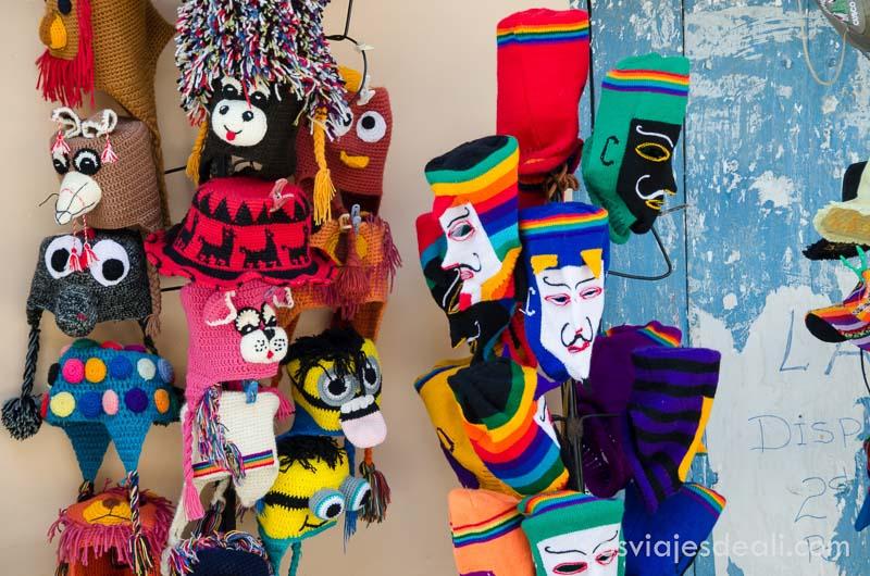 máscaras y gorros de lana de vivos colores en el mercado de ollantaytambo