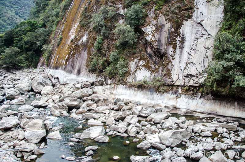 lecho del río con muchas piedras que hay junto a aguascalientes
