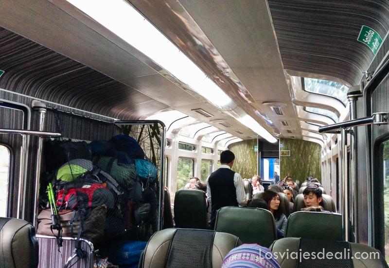 interior tren que lleva a aguascalientes con azafato
