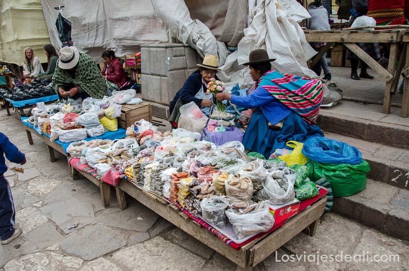 dos señoras peruanas en su puesto del mercado