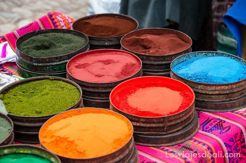 tintes de colores vivos en polvo a la venta en latas redondas