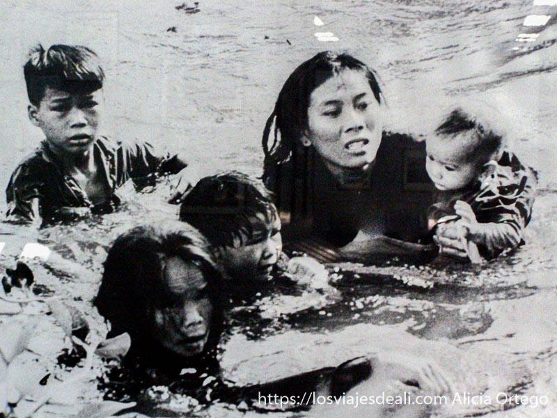 mujer en el agua con cuatro niños foto de la guerra