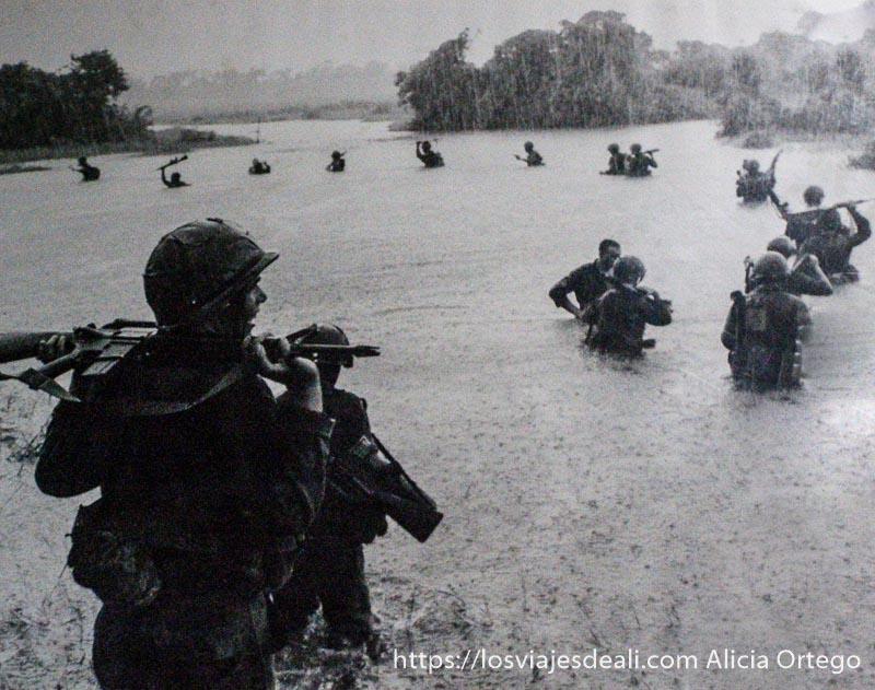 foto de soldados americanos entrando en zona inundada