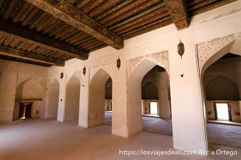 habitación con arcos y techos de madera artesonados