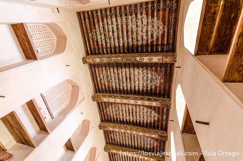 techos de madera pintada y paredes de adobe encaladas en el castillo de jabrin